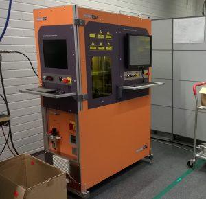 Muovin laserhitsauslaite asiakkaalle asennettuna. 100W diodilaser adaptiivisella pyrometriohjauksella. 3-akselinen CNC-ohjaus.